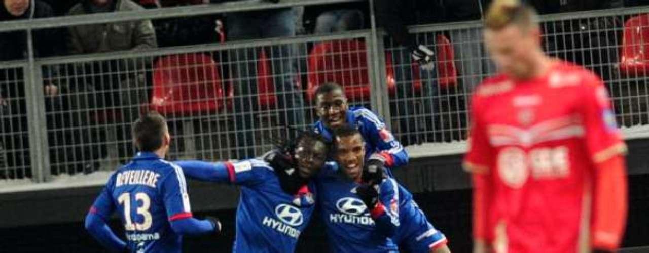 En el inicio de la jornada 22 de la Ligue 1, Lyon derrotó a domicilio 2-0 a Valenciennes, para colocarse provisionalmente como líder solitario, pero el PSG recuperó la cima con su triunfo del domingo.