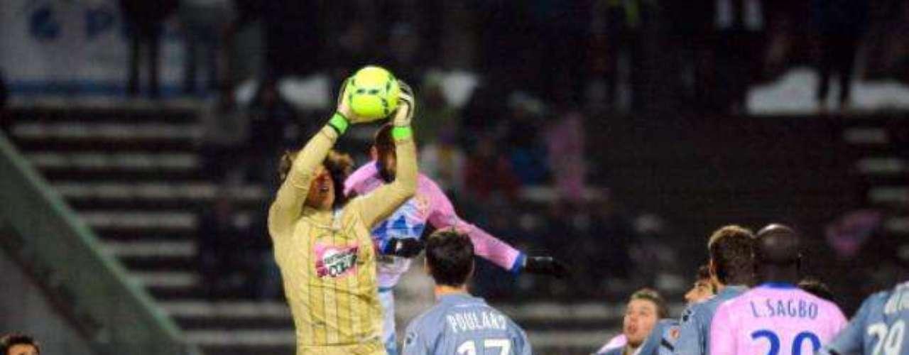 Guillermo Ochoa cometió un error que le costó el empate al Ajaccio, 1-1 ante Evian.