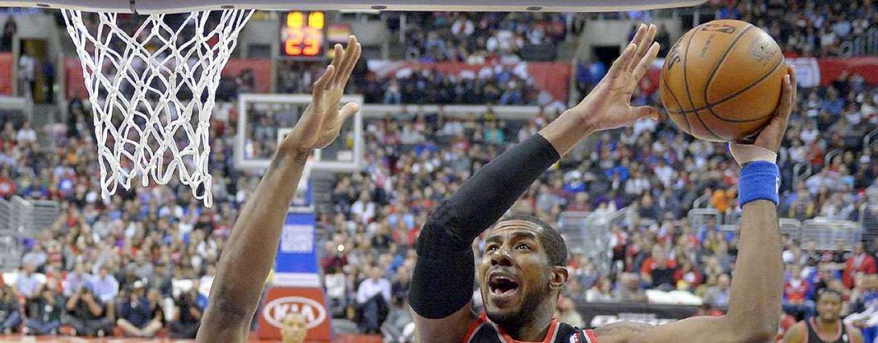 Trail Blazers vs. Clippers: LaMarcus Aldridge intenta ir a la canasta ante la marca de DeAndre Jordan.