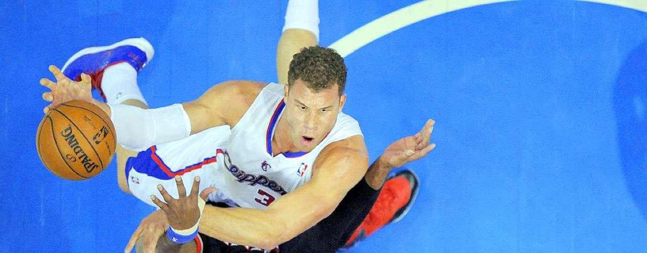 Trail Blazers vs. Clippers: Blake Griffin intenta clavar el balón sobre la marca de LaMarcus Aldridge.
