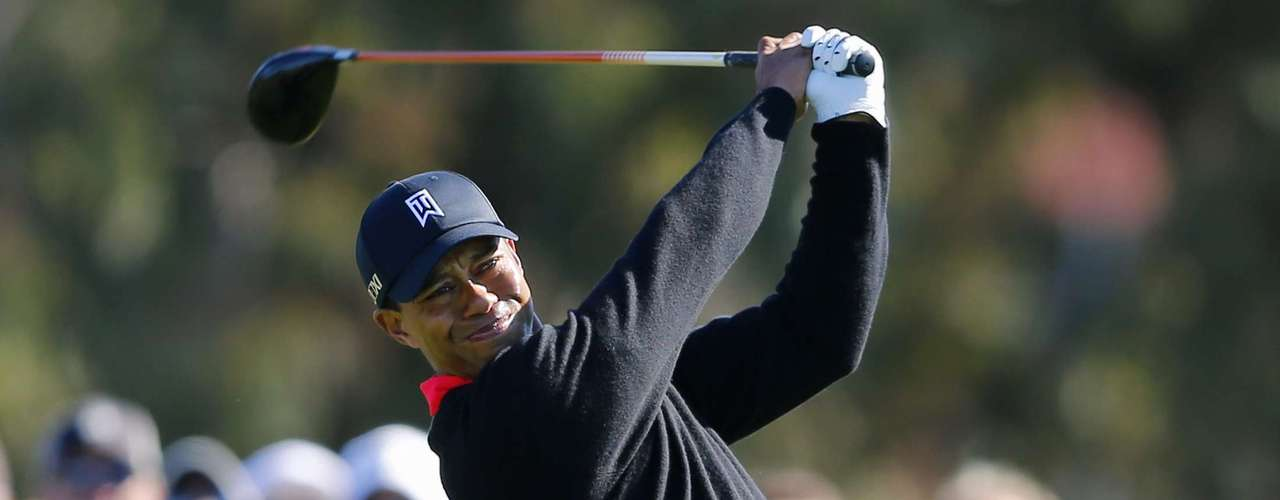 U.S. golfer Tiger Woods hits off the 12th tee during final round play at the Farmers Insurance Open in San Diego, California January 28, 2013. Woods withstood a late bogey, double-bogey, par, bogey wobble in strengthening winds to clinch his 75th PGA Tour title by four shots at the fog-delayed Farmers Insurance Open on Monday.