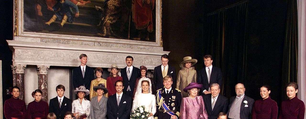 La fastuosa boda, el 2 de febrero de 2002, se vio ensombrecida sin embargo por la controversia en torno al padre de la novia, Jorge Zorreguieta, ministro de Agricultura durante la dictadura militar argentina (1976-1983), que dejó 30.000 desaparecidos según organizaciones de derechos humanos.