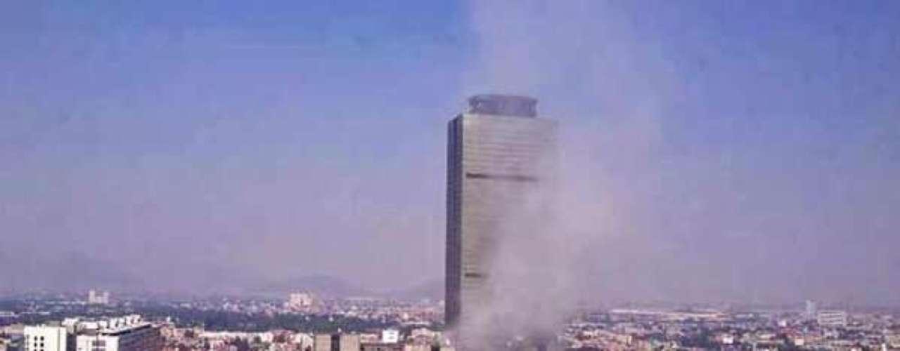 El Secretario de Seguridad Pública del DF Jesús Rodríguez Almeida, arribó al lugar de los hechos para encabezar los trabajos en el lugar de la explosión.