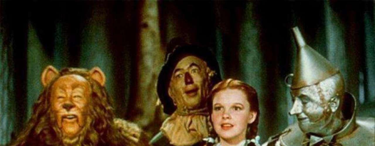 En 1939 el universo cinematográfico vería un cambio histórico cuando 'El Mago de Oz' se presentó como la primera película a color del mundo. Judy Garland se convirtió en la princesa de Estados Unidos con su tema 'Over the Rainbow', que es un icono musical para el cine.