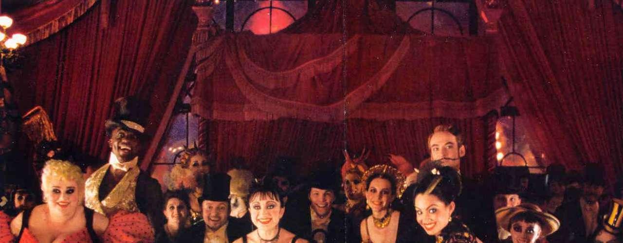 El director Baz Luhrman quiso llevar el universo bohemio del París de principio del siglo XX a la pantalla grande en un formato musical que brillara por su apuesta estética. El resultado fue 'Moulin Rouge', la historia de amor entre Christian (Ewan McGregor) y Satine (Nicole Kidman), adoquinada con canciones de Elton John, The Police y David Bowie.