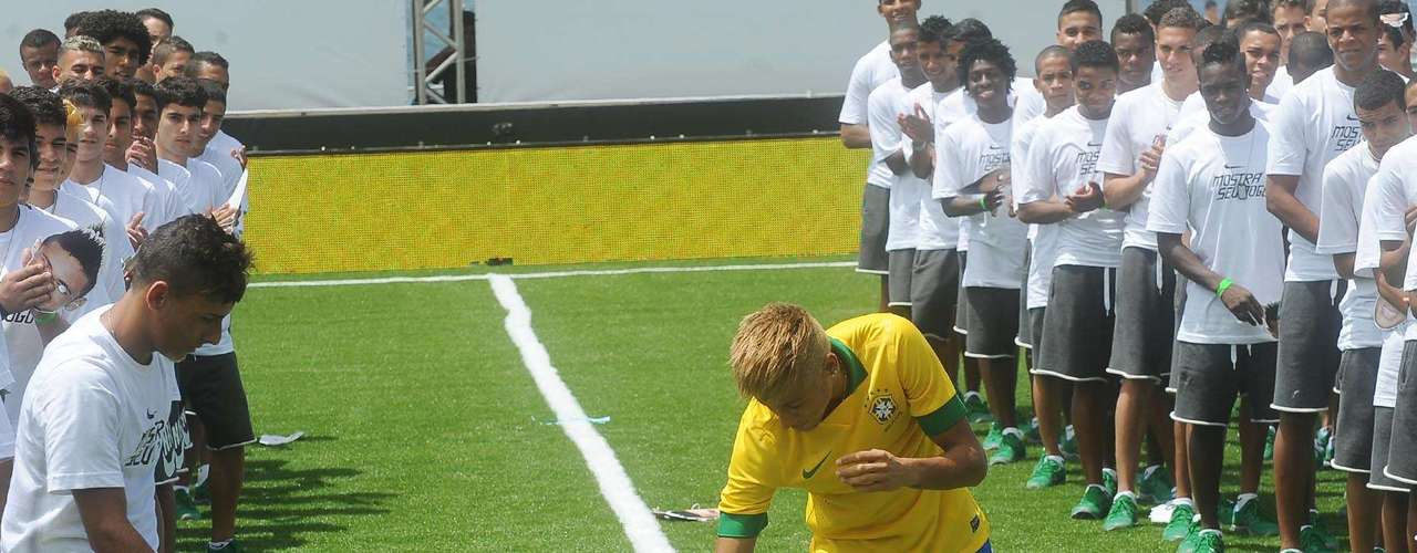 Después de entrar con una camiseta blanca, Neymar se la quitó para revelar el nuevo uniforme del penatacampeón del mundo.