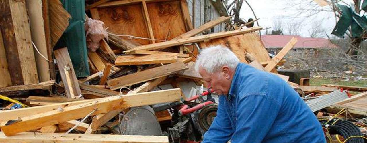 Los edificios y las casas en los suburbios de la zona fueron dañados por la tormenta. En Indiana, cerca de 11,900 clientes en el centro del estado estaban sin electricidad, dijeron las compañías de energía.
