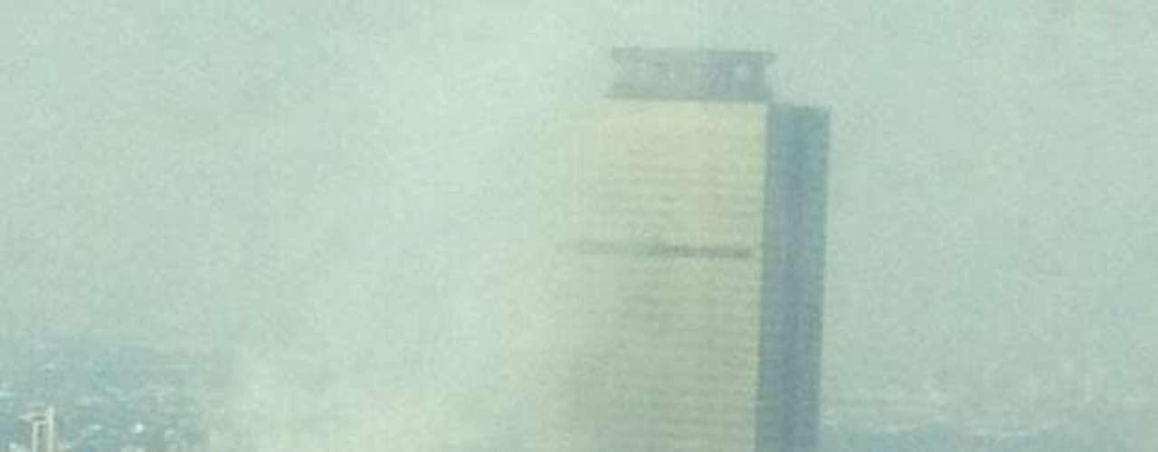 Reportes policiales señalan que el percance ocurrió en una subestación eléctrica, por lo que como medida de prevención fue desalojada la torre de la paraestatal, pues presentó una falla en el suministro de luz.