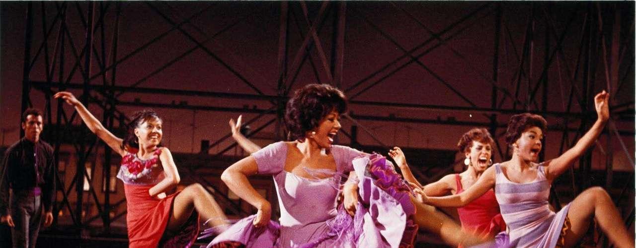 En 1957 Broadway adaptó el clásico de Shakespeare, 'Romeo y Julieta', en un musical ambientado en las calles de Nueva York. Cuatro años después Robert wise y Jerome Robbins llevaron el musical a la pantalla grande con 'West Side Story'. Rita Moreno se destacó en un elenco que incluyó a Natalie Wood y Richard Beymer.