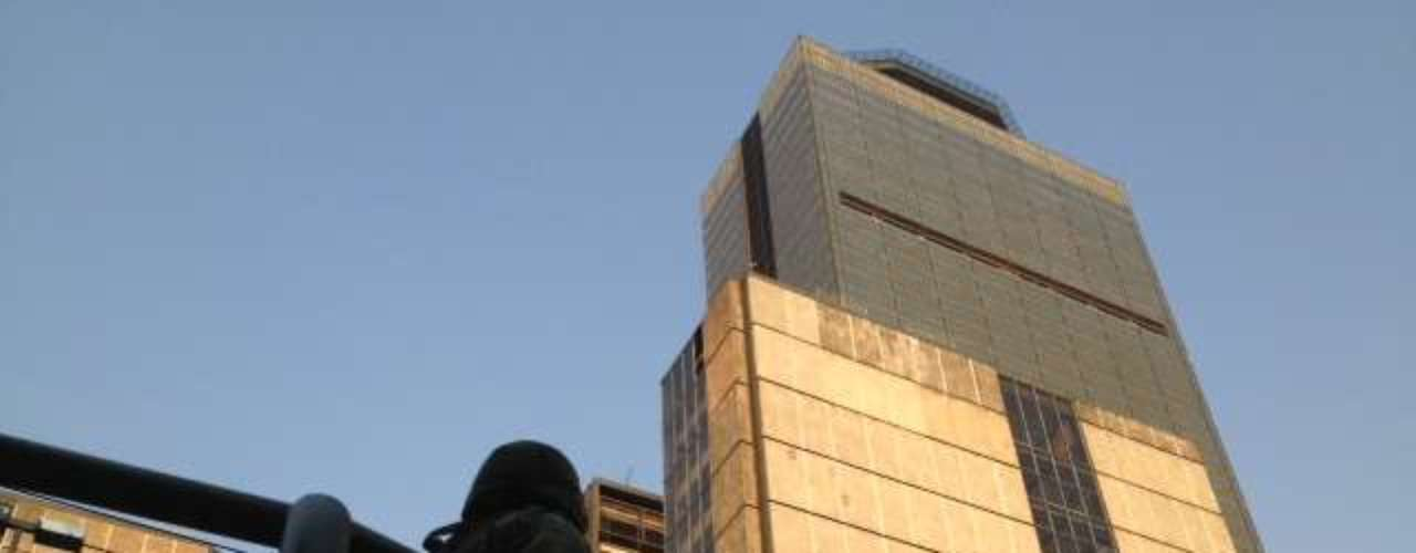 La explosión se registró en uno de los edificios del complejo, que tuvo que ser desalojado como medida de seguridad, informó Pemex en un mensaje de la red Twitter.