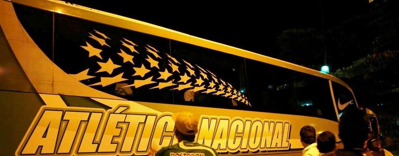 El bus de Atlético Nacional ya tiene el logo de la marca Nike, quien ha confeccionado la camiseta de Atlético Nacional.