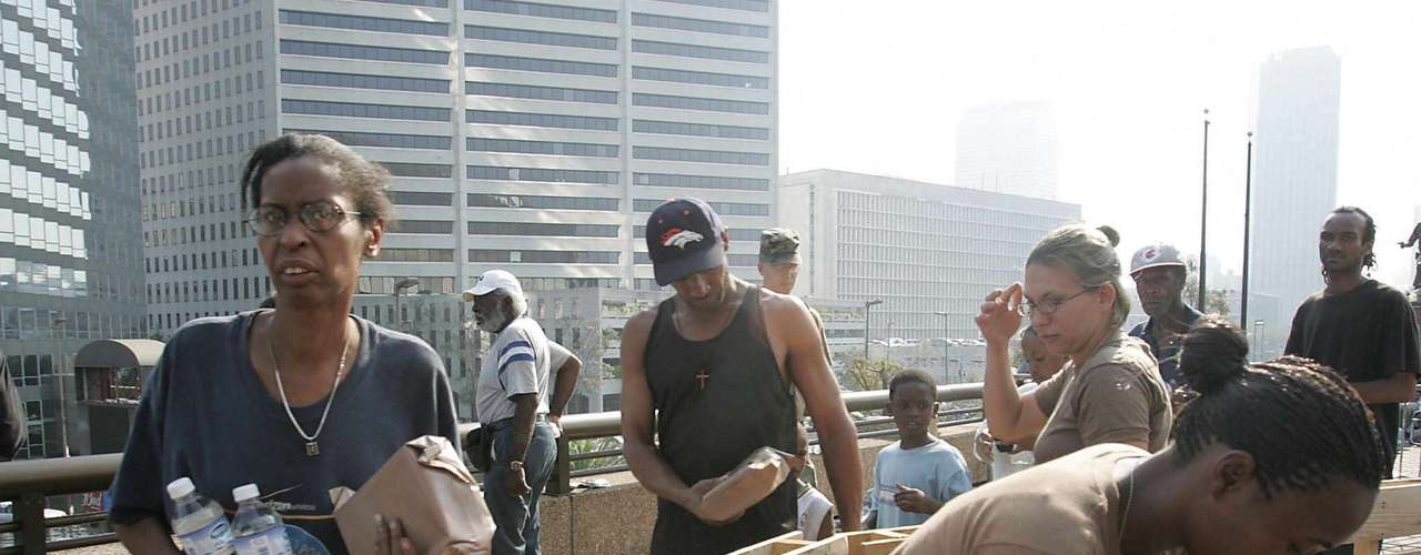 Como parte de las medidas para abastecer de alimentos y comida a las víctimas refugiadas en el Superdome, el 2 de septiembre llegó un convoy militar de vehículos anfibios, con suministros para atender las necesidades de decenas de miles de víctimas.