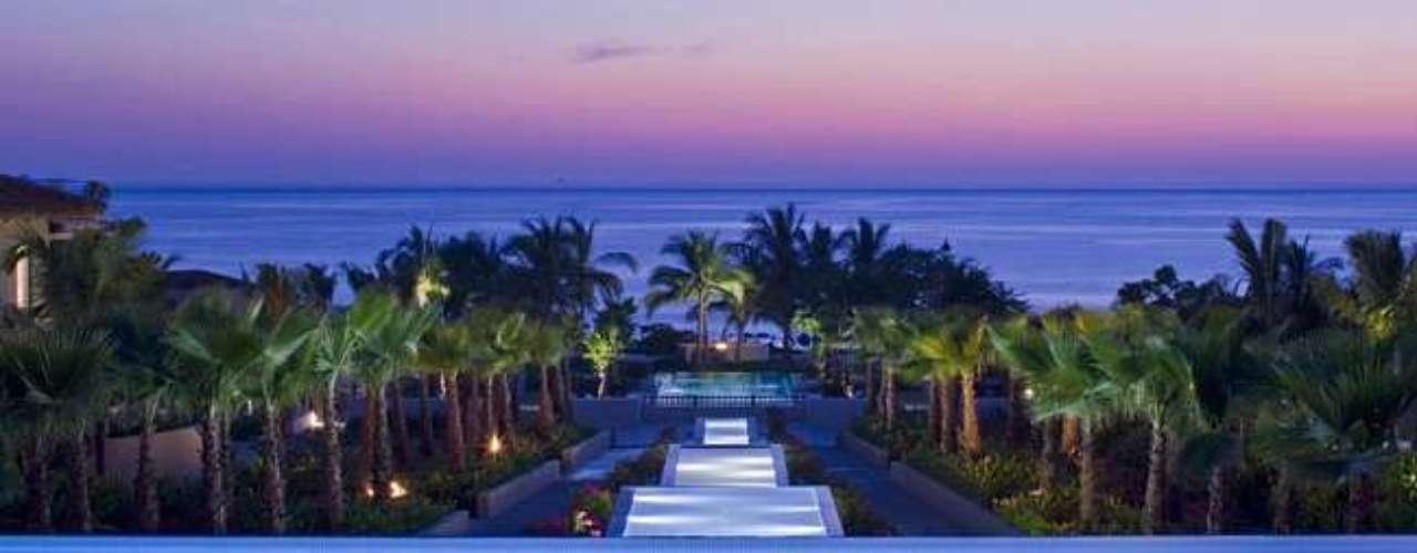 Según la página electrónica del hotel, el establecimiento cuenta con restaurante exclusivo, Remède Spa, dos campos de golf diseñados por Jack Nicklaus, centro de tenis enclavado en los bosques de palmeras, el Club infantil La Tortuga, playa, piscinas, acceso a Internet y servicio de mayordomo. Además, cerca del establecimiento están las paradisíacas Islas Marietas.