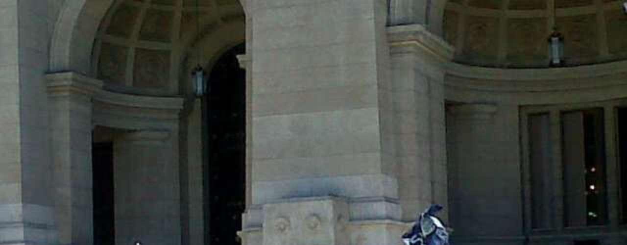 Sobrevivientes, amigos y familiares de víctimas de la tragedia de Cromañón, que en diciembre de 2004 provocó 194 muertos, se concentraron frente al Palacio de Tribunales para reclamar la libertad de los integrantes del grupo Callejeros, condenados por el hecho. Según los manifestantes, la sentencia dictada por la Sala III de la Cámara Federal de Casación Penal que derivó en la detención de los miembros de la banda de rock (Patricio Fontanet, Christian Torrejón, Juan Carbone, Maximiliano Djerfy, Elio Delgado, Eduardo Vásquez, el mánager, Diego Argañaraz y el escenógrafo, Daniel Cardell) es inconstitucional y arbitraria porque viola principios procesales. Los organizadoresrepartieron volantes con consignas como que La música no mata y No nos cuenten Cromañón. Nosotros lo vivimos.