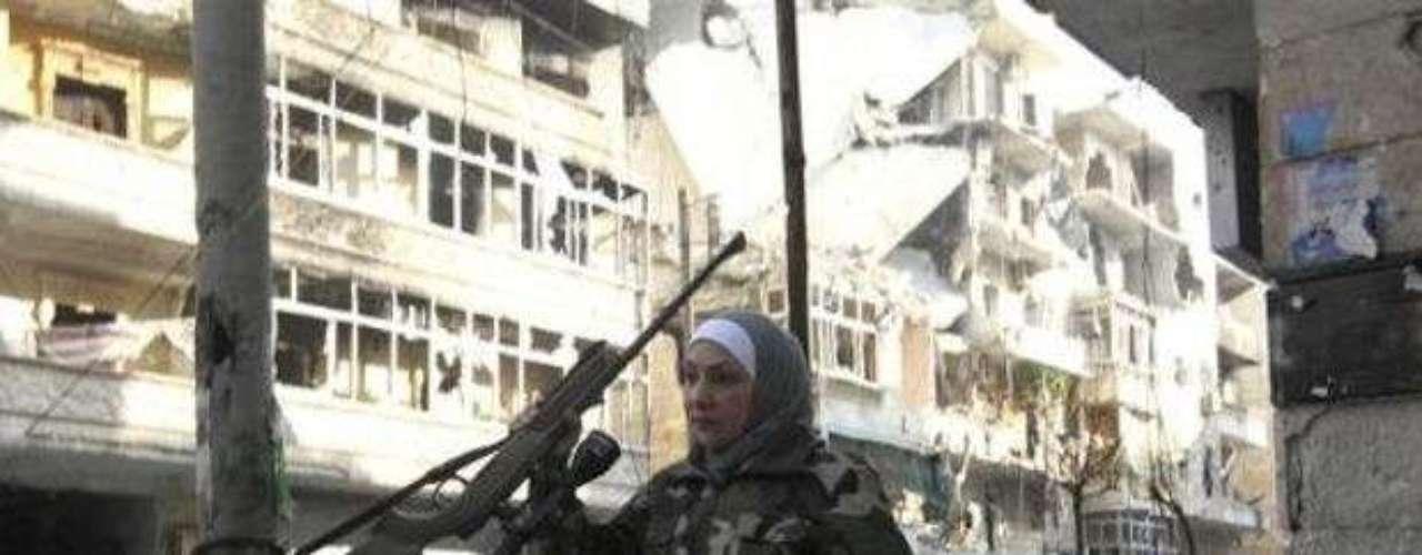 Guevara, una mujer sirio palestina, casada con un comandante de un batallón de Al Waad, es fotografiada en Alepo, en enero de 2013.  Guevara era directora de un colegio secundario antes del estallido de la revolución en Siria y ahora es una de las principales francotiradoras de los rebeldes.