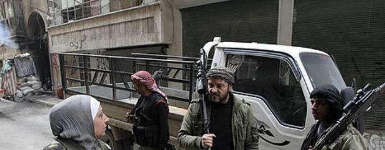 Vestida con caquis, un vestido gris y una casaca de camuflaje, Guevara, de 36 años, es raro ver una rebelde en la conservadora Siria.