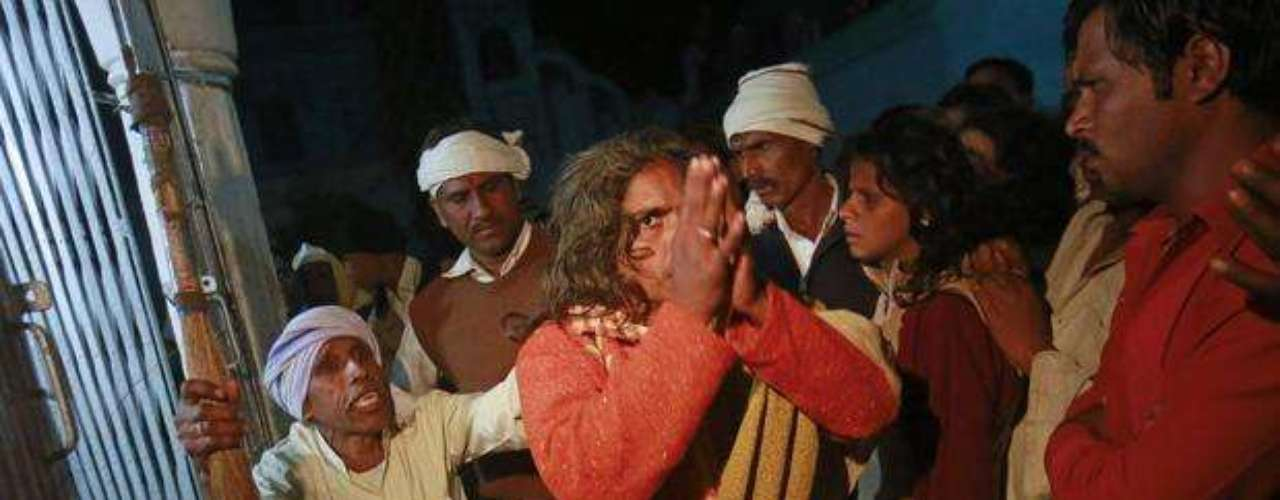 Devotos hindúes que creen estar poseídos por espíritus malignos dan gritos y quedan en estado de trance en el templo de Guru Maharaj Deoji en Maljpur, India. Esta ciudad en el estado de Madhya Pradesh celebra una feria en la que da la bienvenida a gente de todas partes de la India para que sean exorcizados. Los supuestos poseídos, generalmente, son mujeres traídas por parientes. El ritual indica que la persona que será exorcizada debe dar vueltas corriendo alrededor del jardín del templo para confundir al \