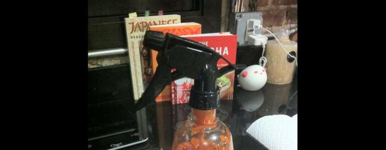 Si tienes el recipiente de salsa un poco lejos, qué te parece si alguien dispara su contenido en tu platillo.