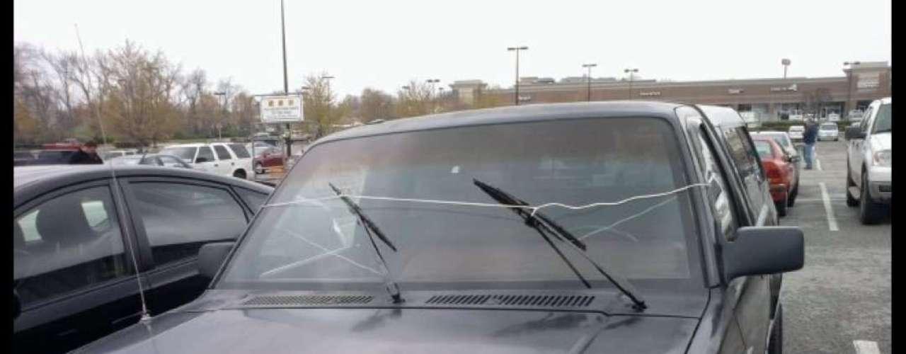 No siempre las cosas funcionan como deberían pero el ingenio puede resolver casi cualquier percance. Si siempre viajas con copiloto este limpiaparabrisas puede ser bastante útil para los días de lluvia.