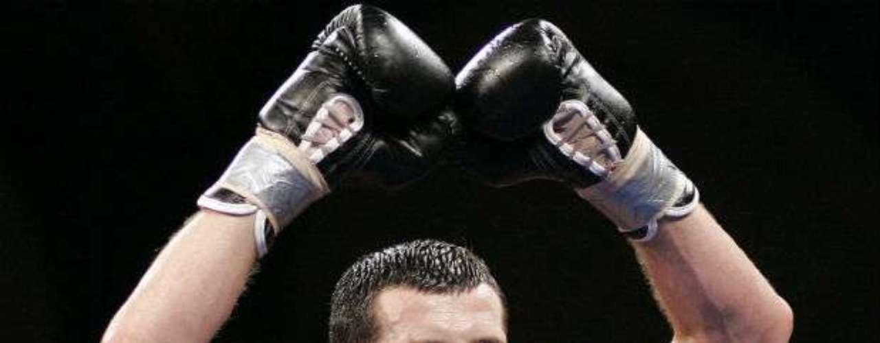 El británico Carl Froch con marca de 30-2 (22 KOs) es el actual campeón Supermedio por parte de la FIB.