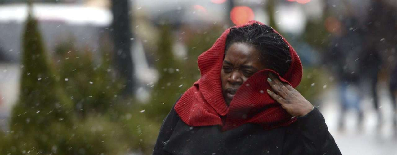 Se espera que la tempestad se haga sentir con especial virulencia en Massachusetts y su principal ciudad, Boston, cuyas escuelas no abrieron este viernes y donde el alcalde Thomas Menino ordenó a los empleados municipales que no cumplen tareas imprescindibles quedarse en casa.