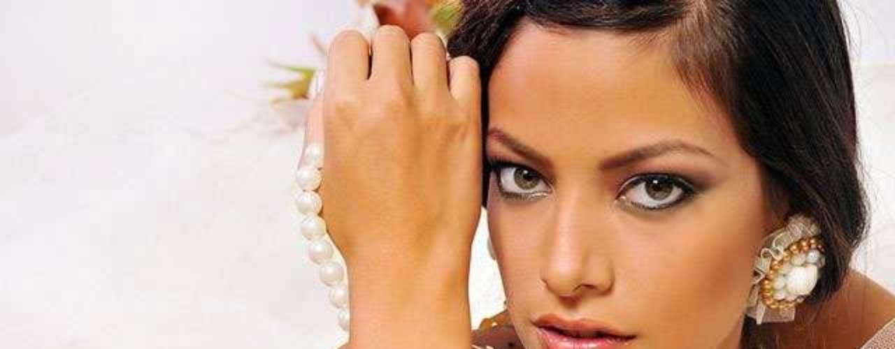 Miss Bolivia - Alexia Viruez. Tiene 19 años de edad, mide 1.79 metros de estatura (5 ft 10 12 in) y prodece de Santa Cruz.