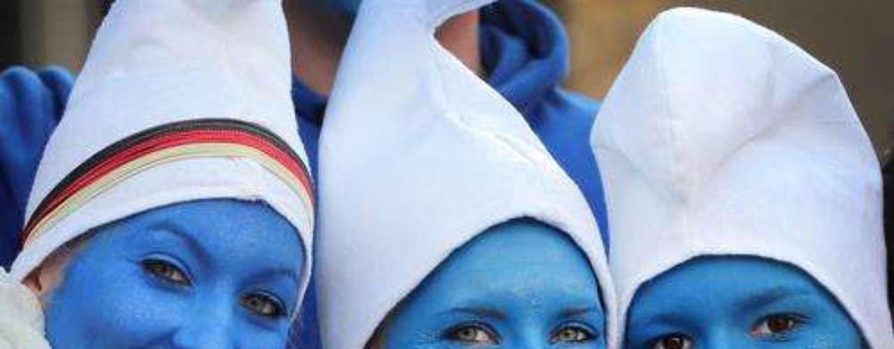 Unas chicas disfrazadas de pitufos celebran el comienzo del carnaval por las calles de Colonia en Alemania.