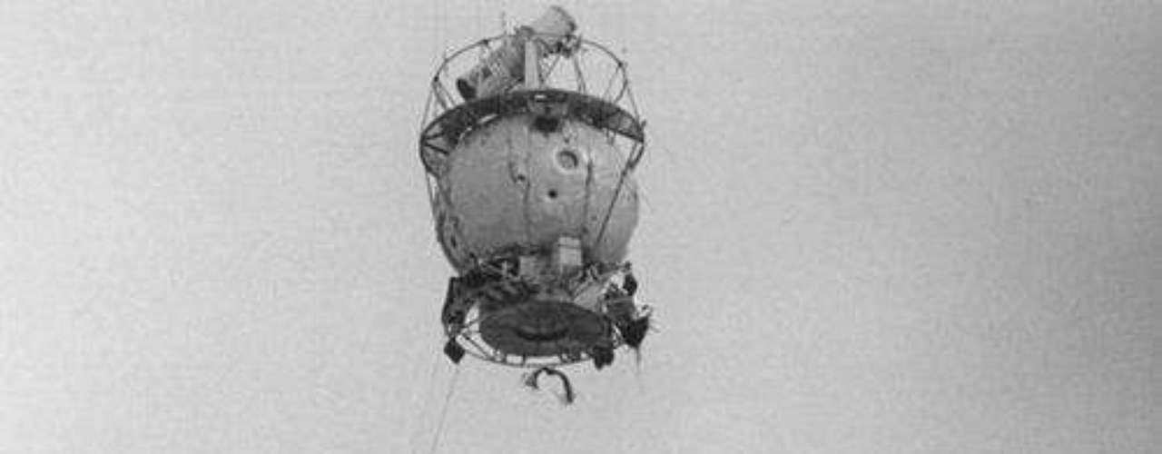 La revista TIME publicó una serie de fotografías de LIFE que celebra la construcción de objetos voladores a lo largo de los años: desde dirigibles, grandes y pequeños, los primeros helicópteros; jet packs, y otros dispositivos que, a través del tiempo han ayudado a la humanidad. En esta fotografía, una góndola asciende arrastrando una antena de radio en forma de disco durante el despegue de un vuelo para observar Venus, en 1959.