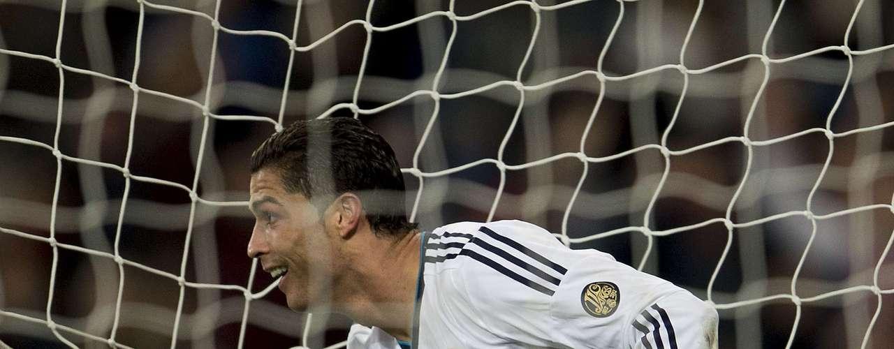 Real Madrid no tuvo problema alguno para golear 4-1 al Sevilla, en duelo disputado en la cancha del estadio Santiago Bernabéu. Los merengues toman un bálsamo previo al duelo de mitad de semana ante Manchester United, correspondiente a la Champions League.