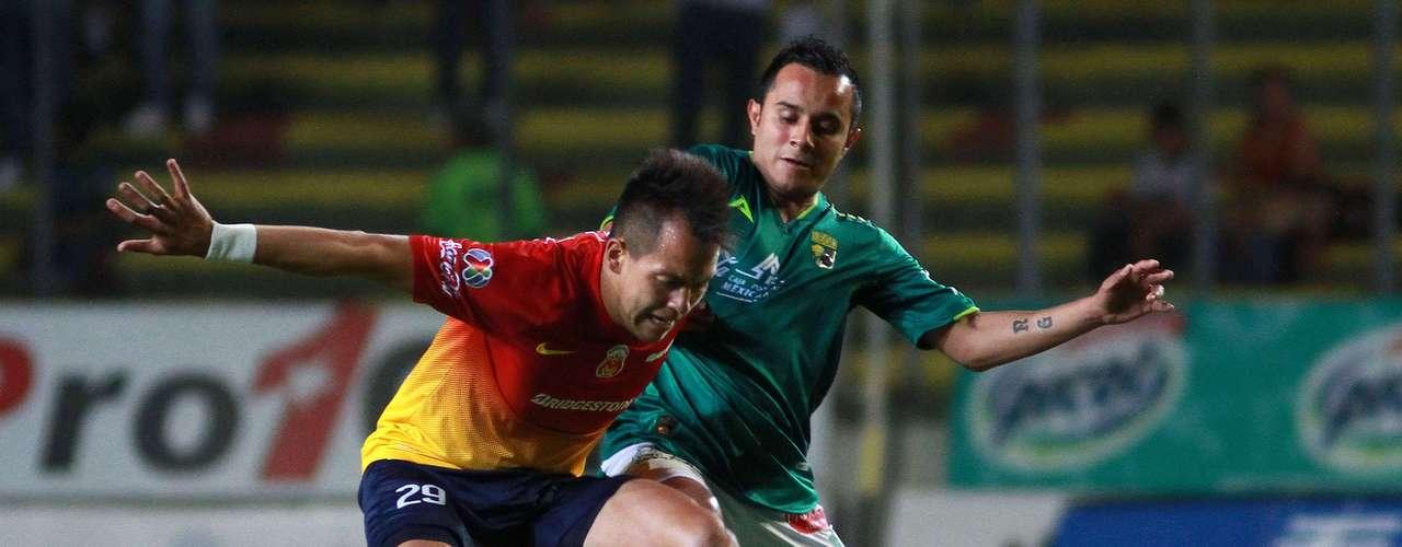 Rodrigo Salinas moves the ball past Luis Montes.