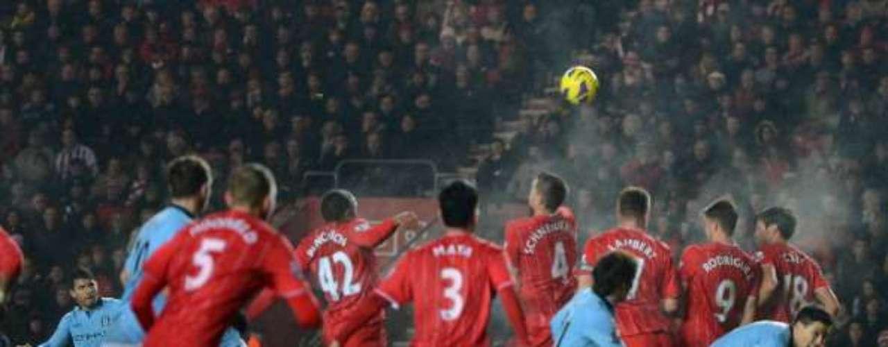 Sergio Agüero cobró este tiro libre, pero sin éxito.