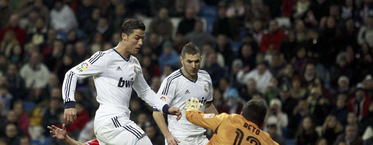 Cristiano Ronaldo del Real Madrid anotar su tercer gol en la victoria 4-1 ante Sevilla por la liga española el sábado 9 de febrero de 2013.