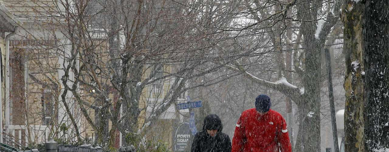 A couple carries groceries as the snow begins to fall in Somerville, Massachusetts February 8, 2013 at the beginning of what is forecasted to be a major winter snow storm.   REUTERS/Brian Snyder    (UNITED STATES - Tags: ENVIRONMENT)