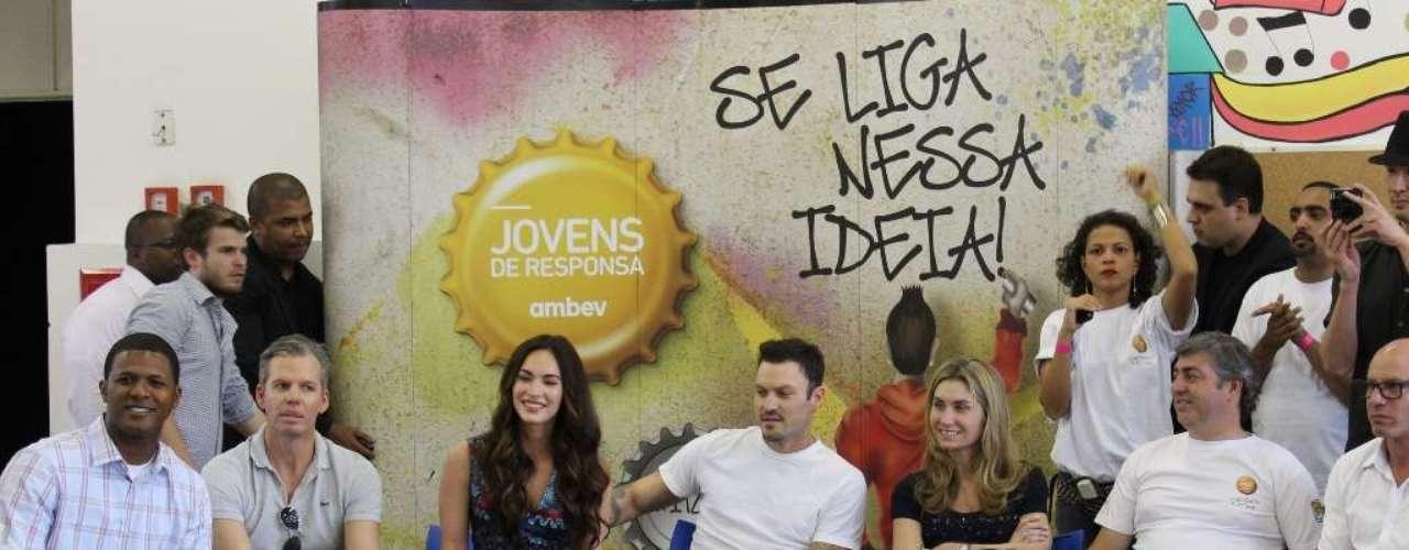 Megan Fox y Brian Austin Green convivienron con jóvenes en un proyecto enfocado a la juventud en el barrio de Heliópolis