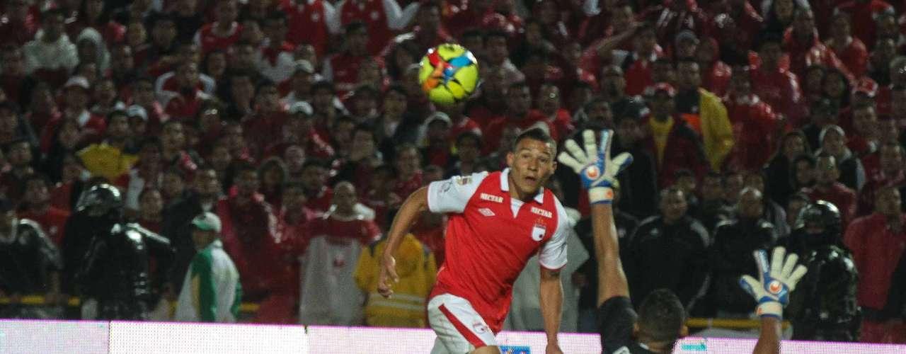Luis Carlos Arias en el momento de la perfecta definición ante Luis 'Neco' Martínez, marcando el 2-0 de Santa Fe sobre Nacional, pero que al final terminó igualado a dos goles.