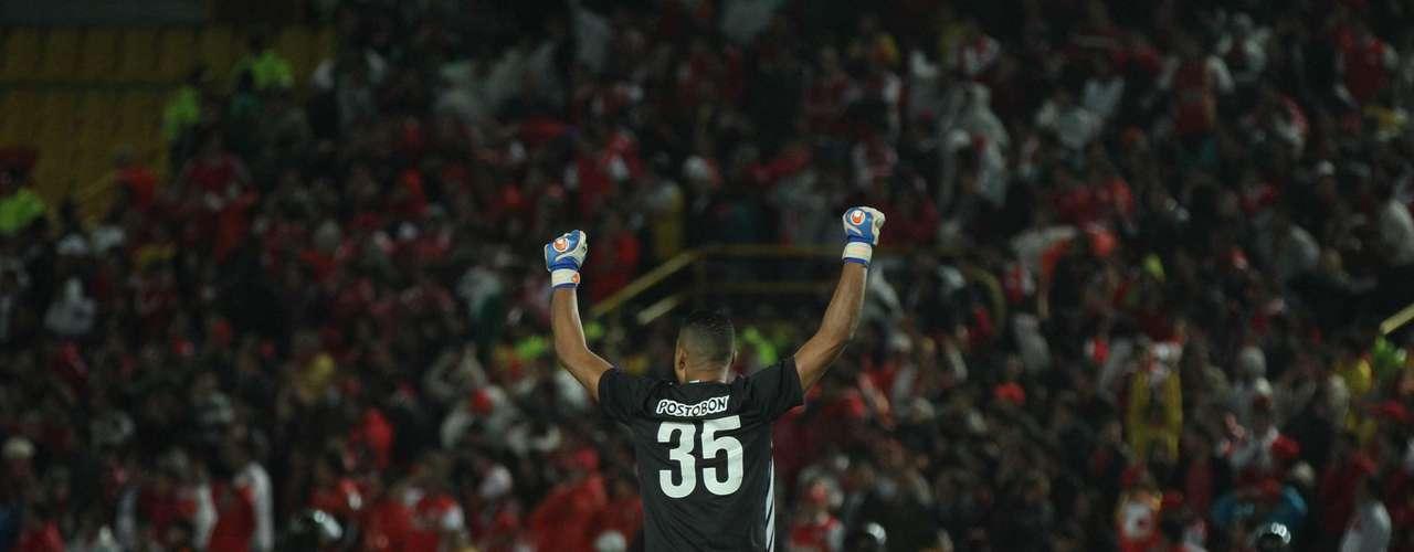 Luis 'Neco' Martínez celebra el primer gol de Fernando Uribe, el cual le permitió descontar en el marcador a Nacional ante Santa Fe.