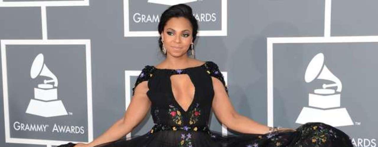 La cantante Ashanti supo burlar las restricciones que mandó CBS a las estrellas sobre asistir tapaditas y como todo una mamacita mostró un poco de piel sobre la alfombra roja de los Grammy Awards 2013, realizados en el Staples Center de Los Ángeles, el 10 de febrero.