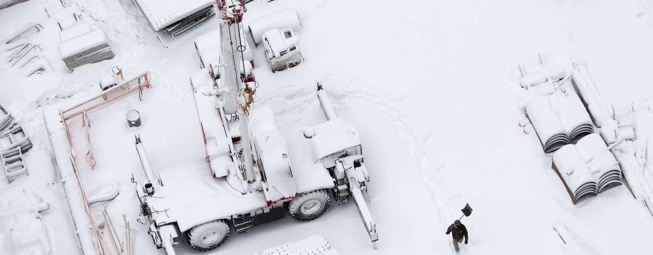 El padre encendió el motor, pero el tubo de escape había quedado obstruido por la nieve y falleció, informó NBC.