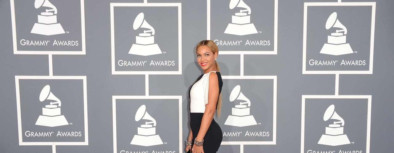 La cantante Beyoncé fue una de las únicas estrellas que lució un look conservador, sin mostrar nada, pero sin perder su toque de sensualidad en la alfombra roja de los Grammy Awards 2013, realizados el 10 de febrero, en el Staples Center de Los Ángeles.