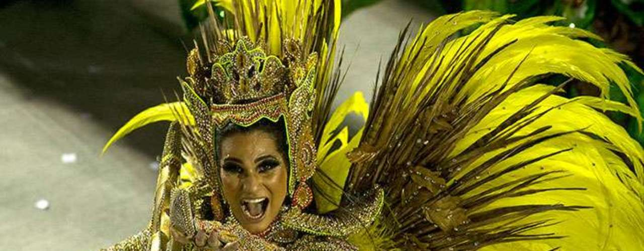 The Tijuca samba school was one of the grandest entertainers of the parade, their sensual dancers, dressed in tiny and provocative costumes, touched everyone present.