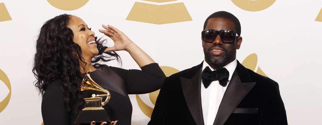 Erica Campbell yWarryn Campbell felices con suGrammy Award en el renglón'Best Gospel Song', gracias a la canción\