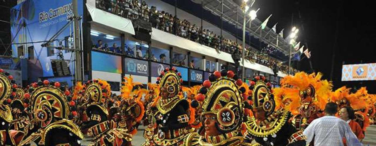 The last dance school to perform on the first day of parades Portela, is among the most traditional and well known in Río de Janeiro. The school honored the popular neighborhood of Madureira, a Rio suburb that is one of the birthplaces of Samba and Afro-Brazilian practices.