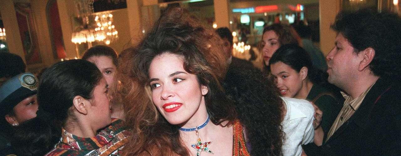 El cabello totalmente alborotado fue un elemento que marcó su look en la década de los 90.