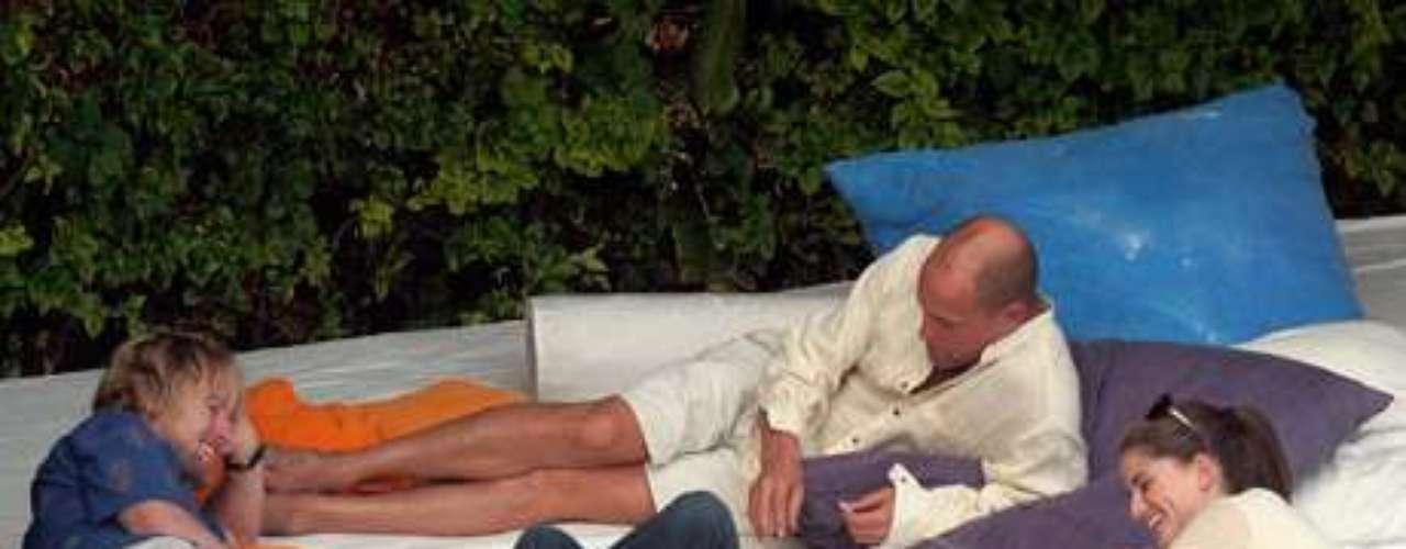 En una reunión casera, al actor Owen Wilson se le ocurrió sacar un poco de marihuana para entretener a sus invitados. Los paparazzis, aunque no estaban requeridos a l ajuerga, se hicieron presentes para aportar la toma de una imagen que quedó grabada para siempre.
