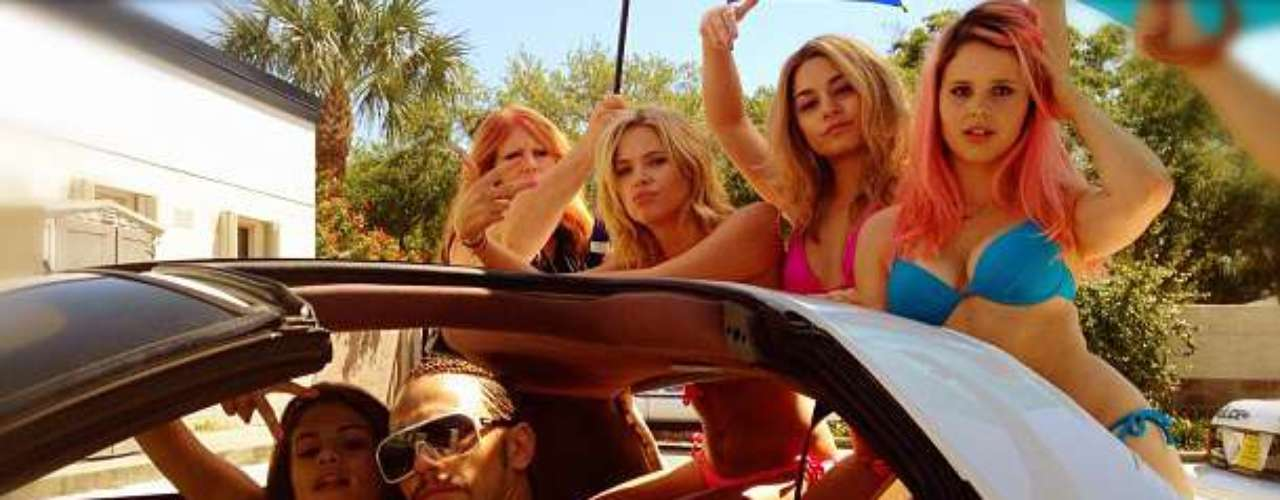 Las rebeldesAshley Benson, Selena Gomez, Vanessa Hudgens, y Rachel Korine junto a la mala influencia del personaje de James Franco