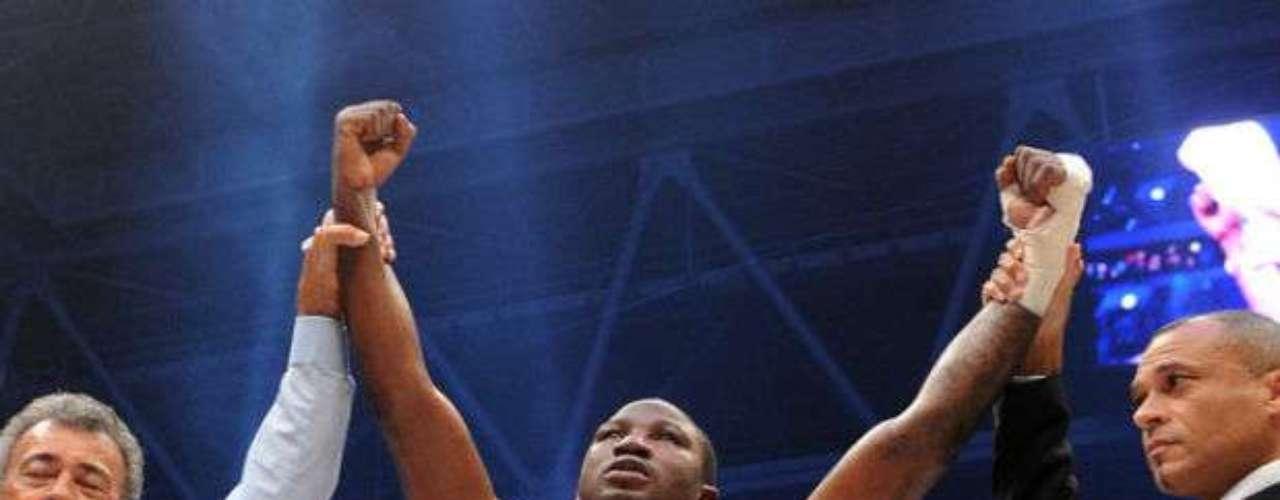 El campeón interino semicompleto de la OMB es el inglés Ola Afolabi, quien tiene una tarjeta de presentación de 19-2-4 (9 KOs).