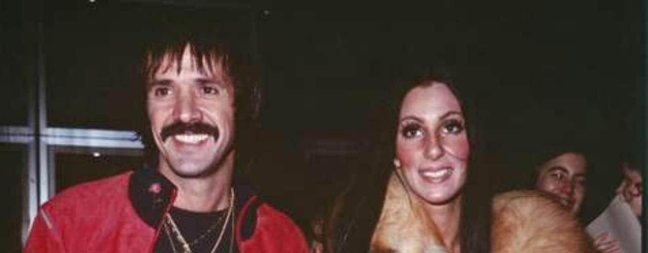 Sonny Bono & Cher. The singing couple married en 1964 and divorced 1975. When Bono died in 1998, Cher confessed she always loved him.