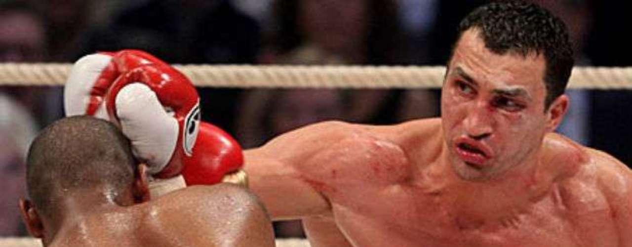 Quizá en la actualidad han perdido atención, pero en décadas pasadas eran las categorías de los grandes combates. Nos referimos a las de pesos pesados. Cabe recordar que por estas divisiones han pasado leyendas del ring como Mohamed Ali, Mike Tyson o Joe Frazier. Hoy hacemos un repaso de los púgiles más importantes de la actualidad. En primer lugar el que domina los pesos pesados es Wladimir Klitschko, quien es monarca de la FIB, de la OMB y AMB. Su récord es de 59-3 (50 KO).