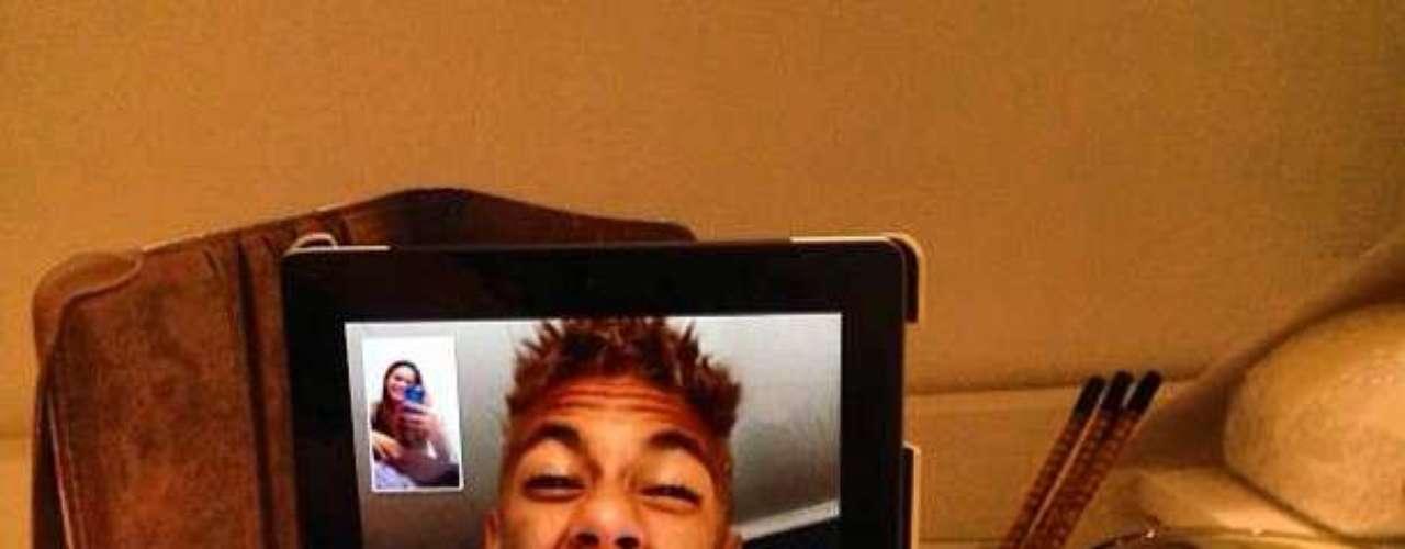 Neymar posteó una foto al charlar con la novia en Skype.