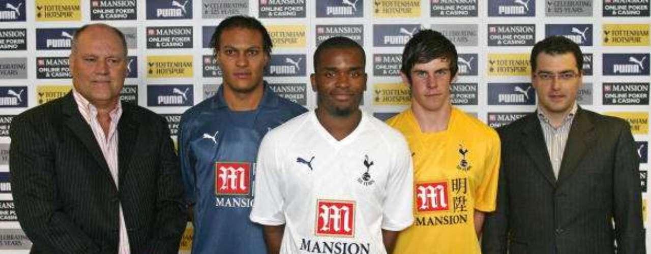 El 25 de mayo de 2007, Bale es fichado por el Tottenham Hotspur. En la imagen (uniforme amarillo), es presentado junto a Kaboul y Darren Bent.